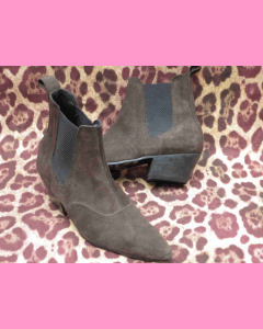 Brown suede Chelsea boots with Cuban heel